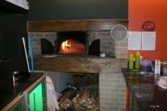 Four-à-pain-interieur-Hotte-bois-habillage-mur-en-briques